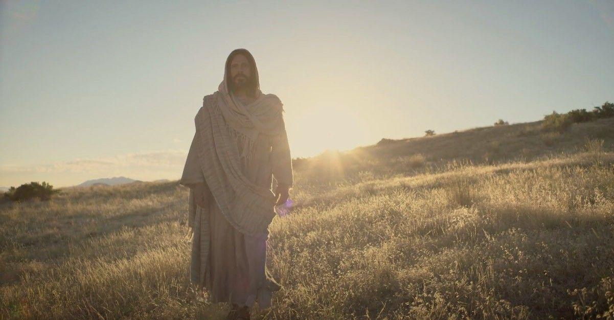 Jesucristo caminando en un campo. Nos invita a todos a venir a Él