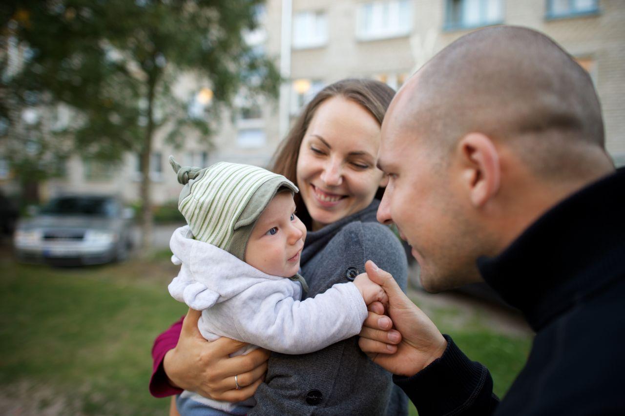 Una pareja joven y su hijo pasan tiempo juntos