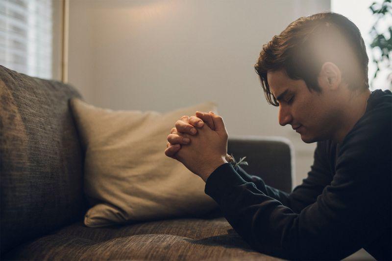Un hombre ora con fervor