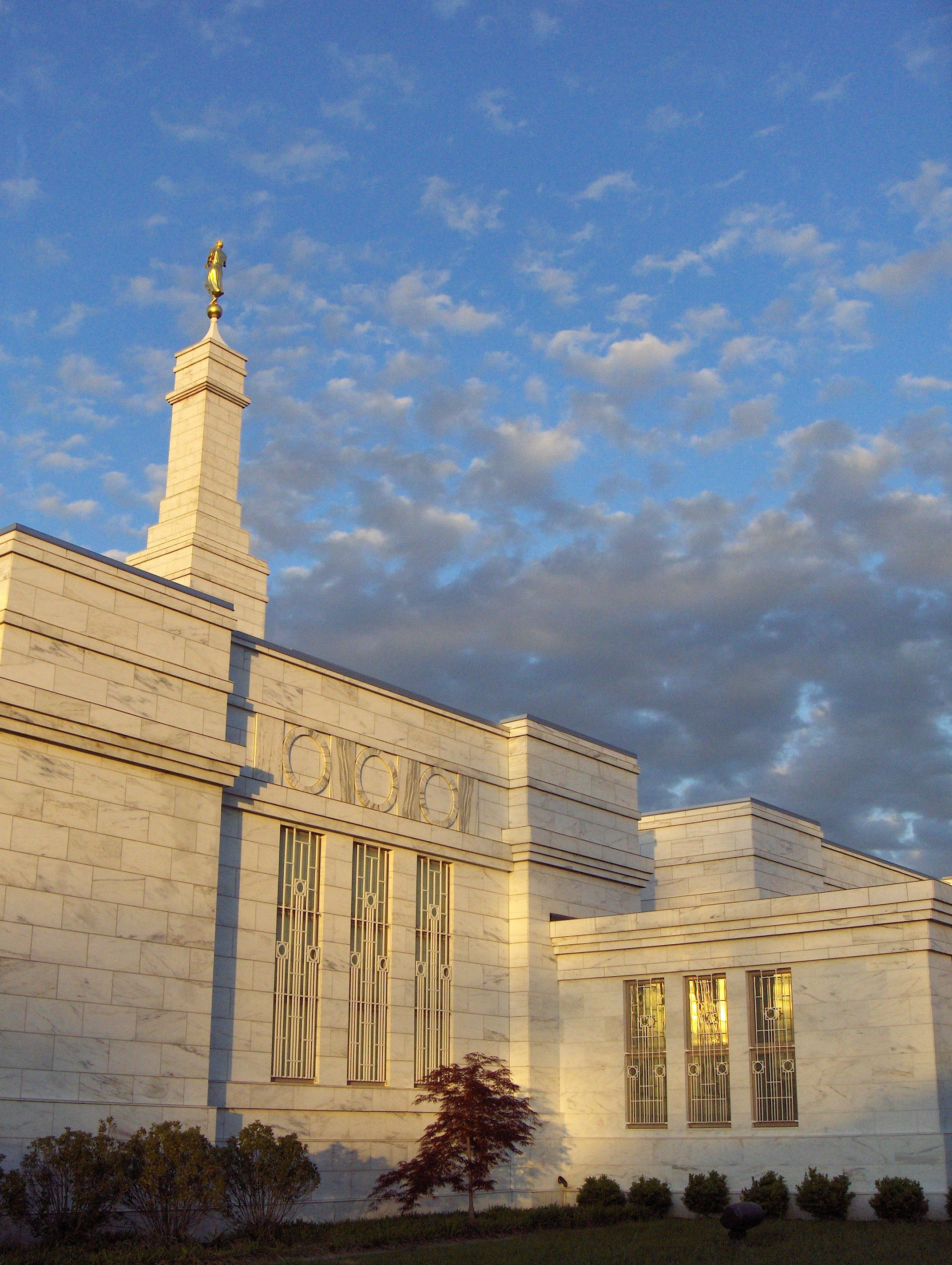 A view of the Columbus Ohio Temple in the evening.