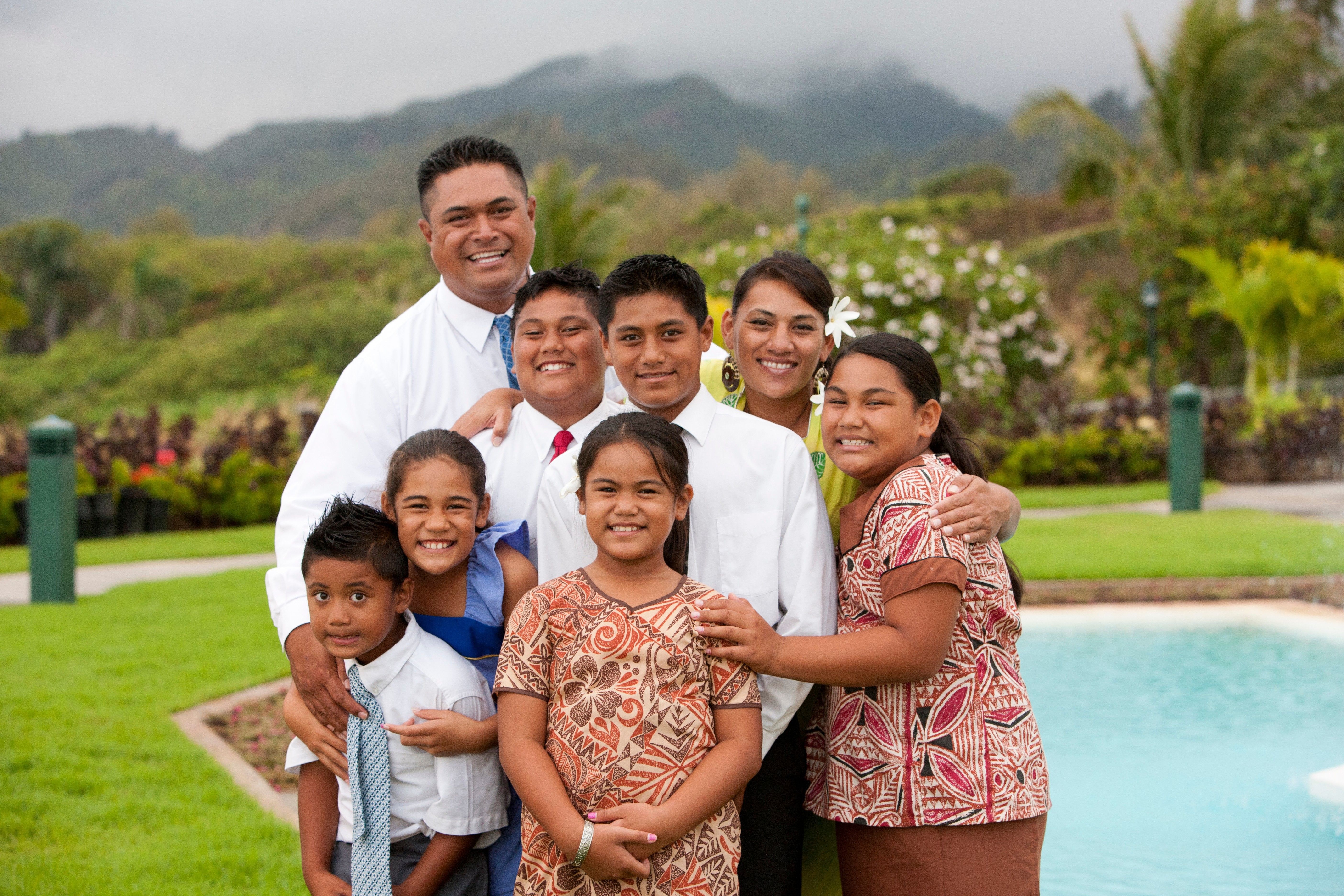 An outdoor portrait of a family of eight in Hawaii.