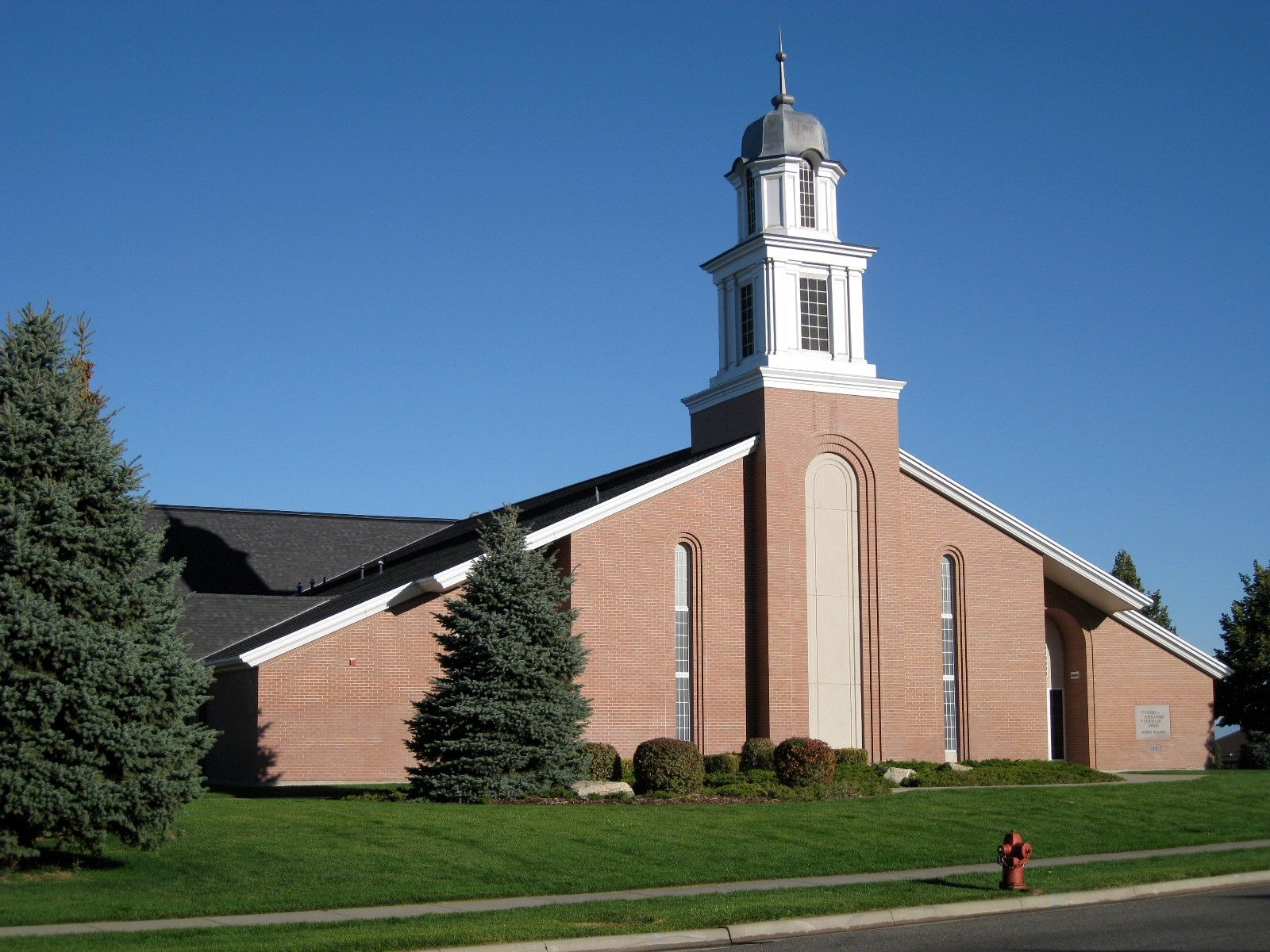 The front view of a chapel in North Salt Lake, Utah.
