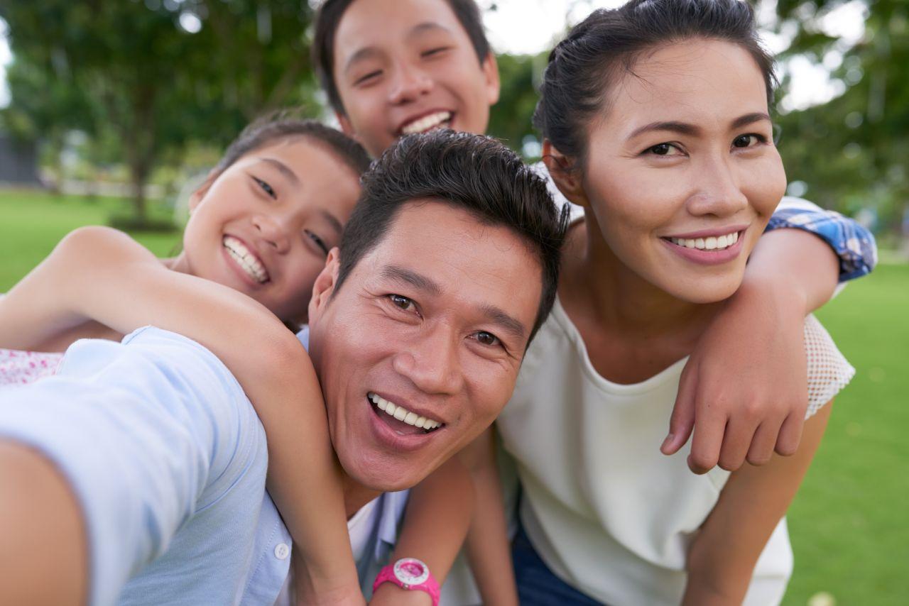 Một gia đình tận hưởng lẫn nhau và phúc âm của Chúa Giê Su Ky Tô