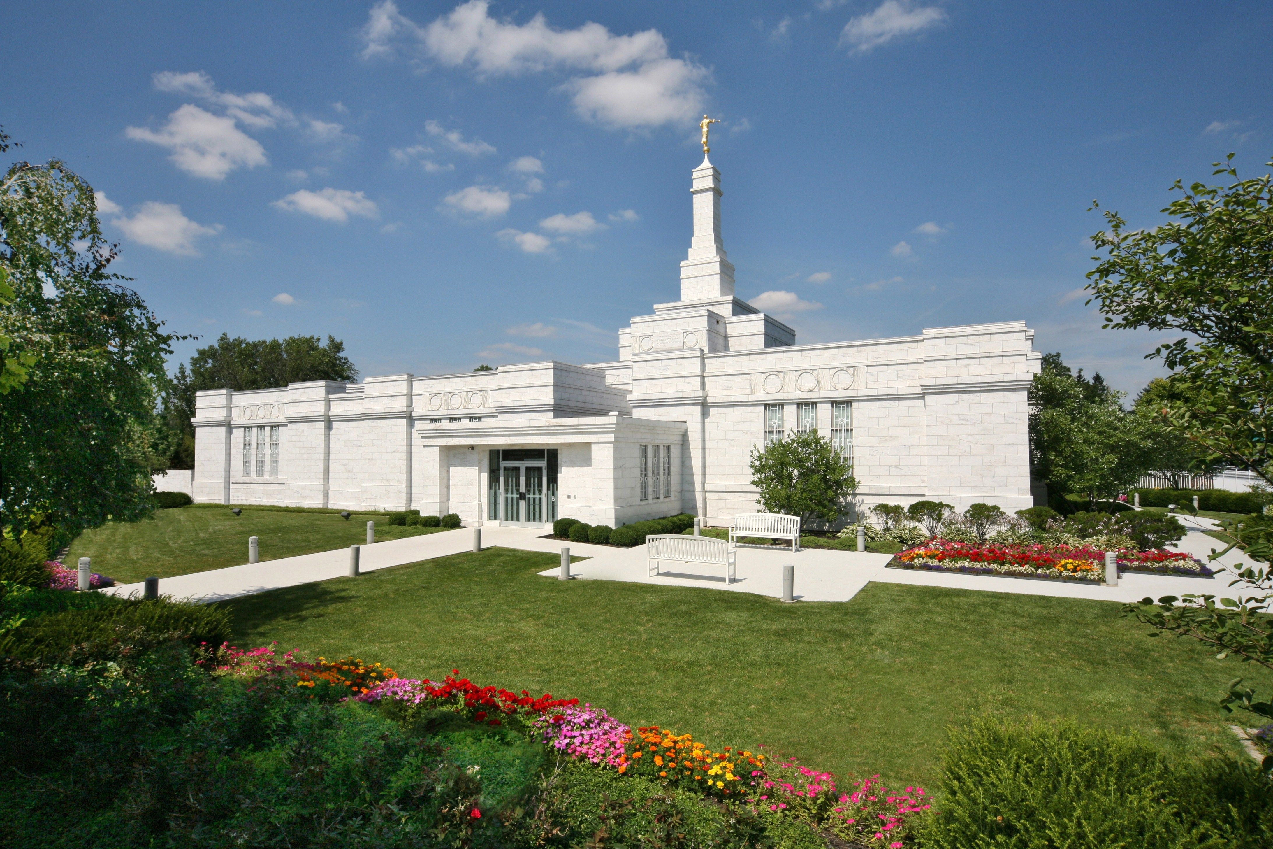 The Columbus Ohio Temple during the daytime.