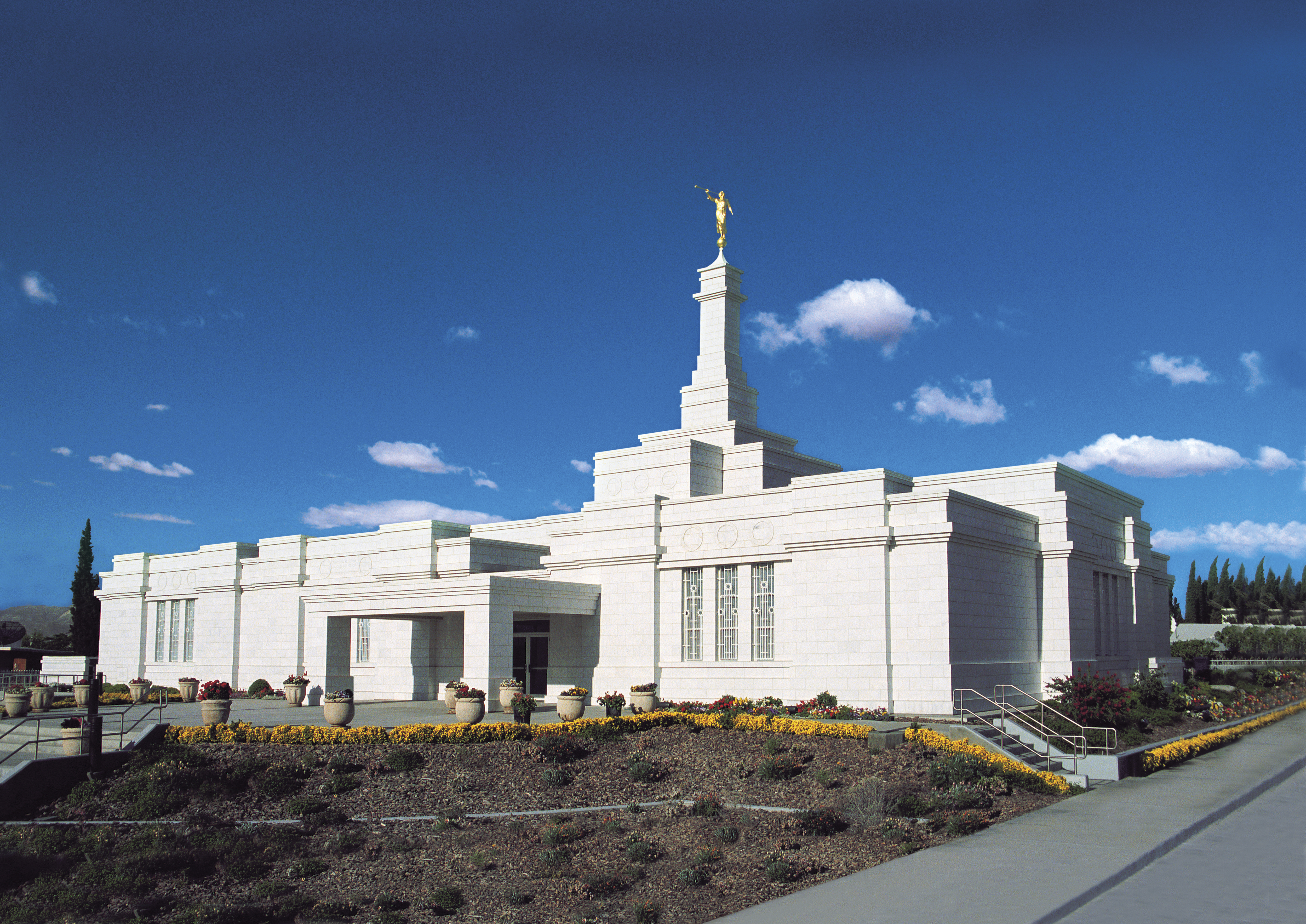 An exterior view of the Ciudad Juárez Mexico Temple in the daytime.