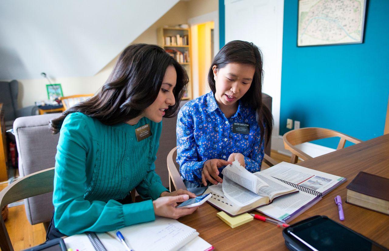 Dos misioneras en un estudio de la Biblia virtual