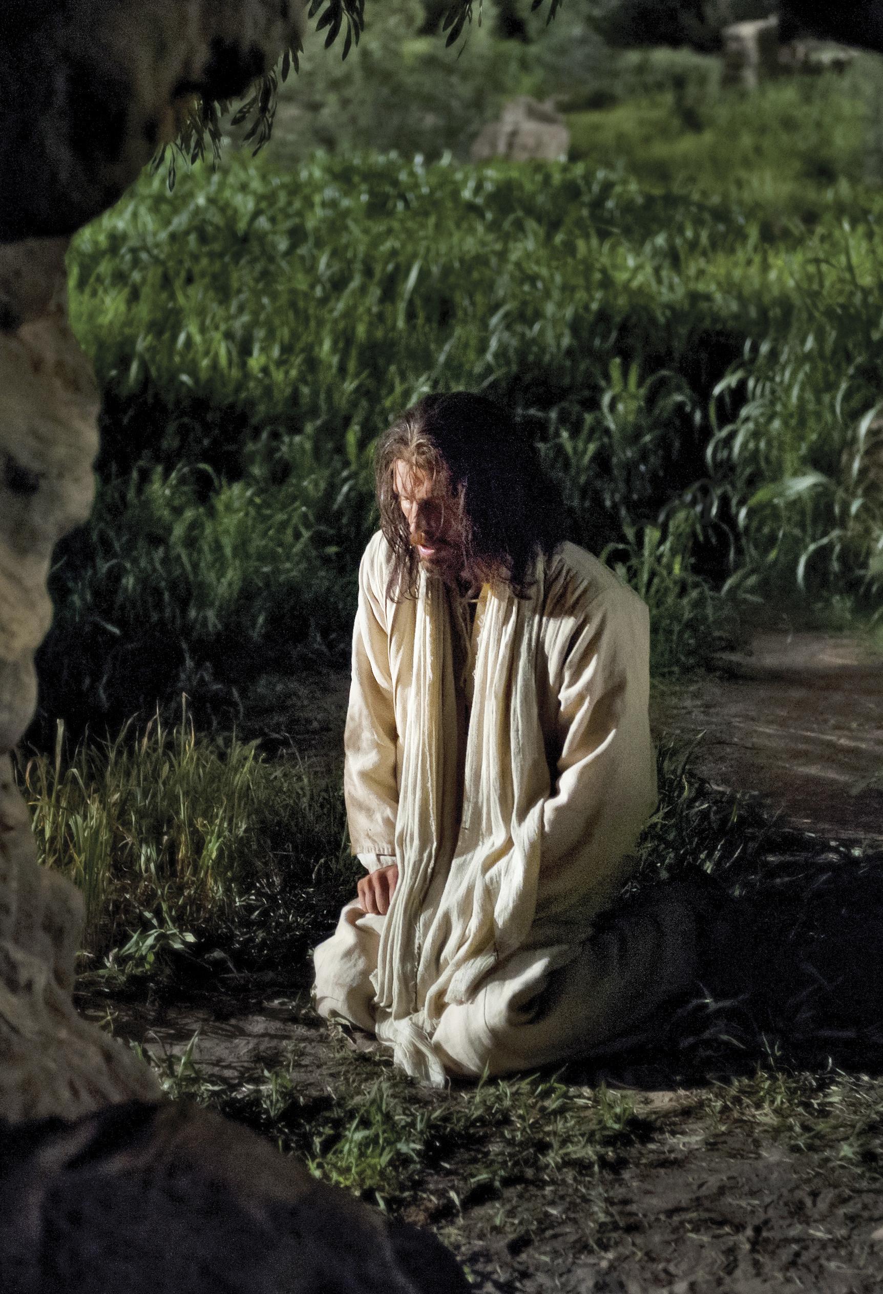 Christ kneeling in Gethsemane to pray.
