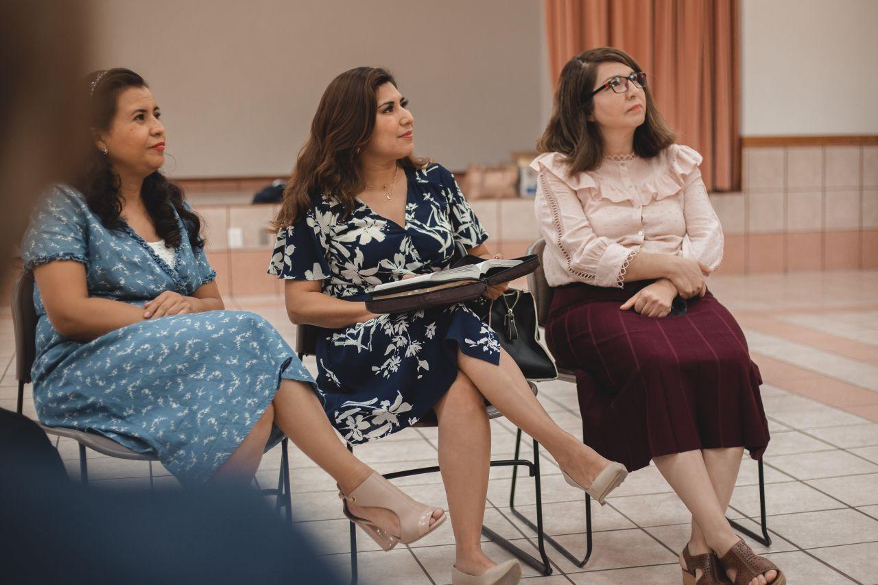 Mujeres participando en la Sociedad de Socorro