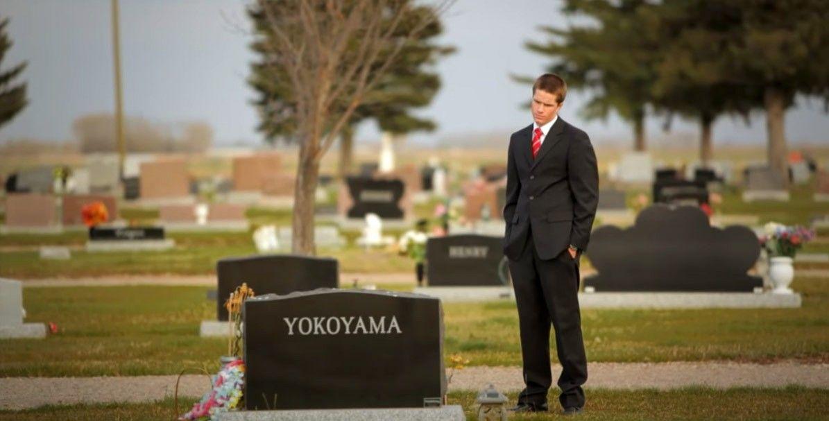 Un hombre en un cementerio contempla la vida y medita sobre la muerte