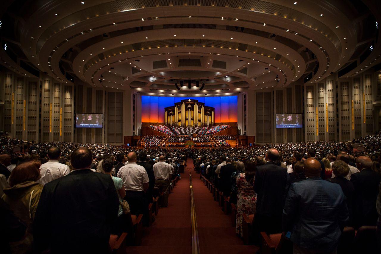 Interior do centro de conferências em Salt Lake cheio de pessoas