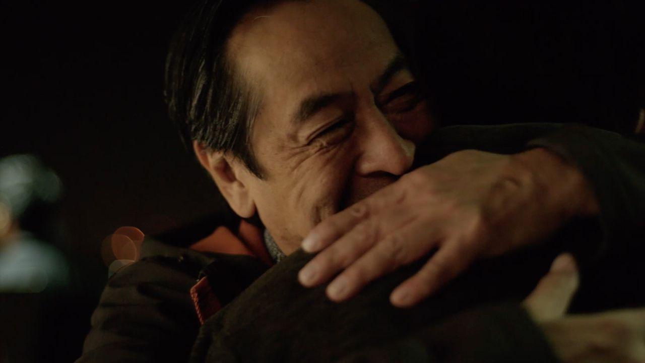 Dos hombres se reconcilian y se abrazan