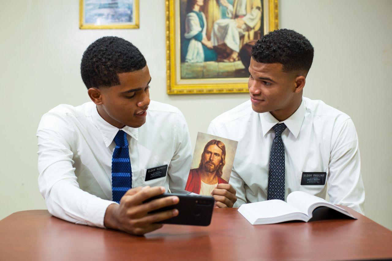 Missionários santos dos últimos dias ministram um estudo bíblico online
