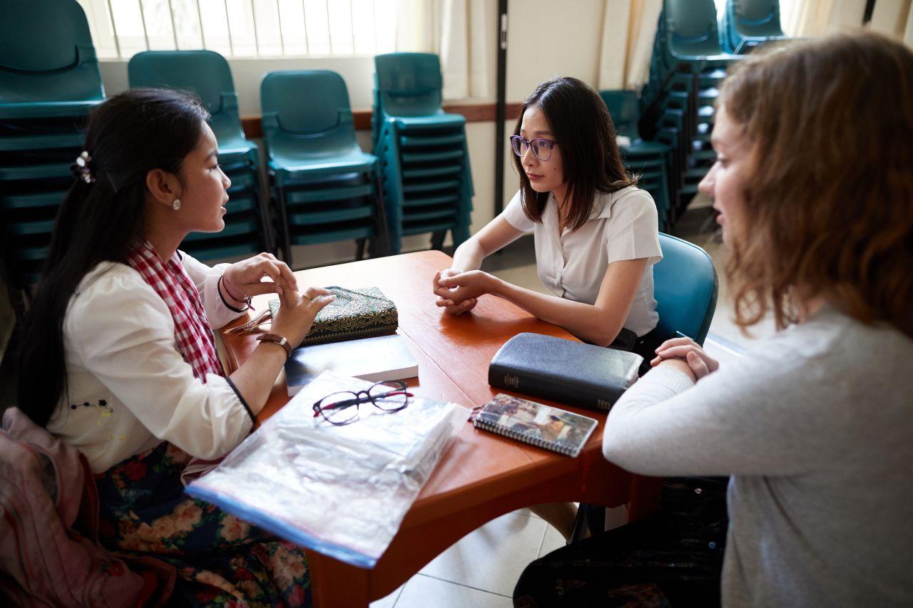 Hai người phụ nữ dạy về phúc âm của Chúa Giê Su Ky Tô