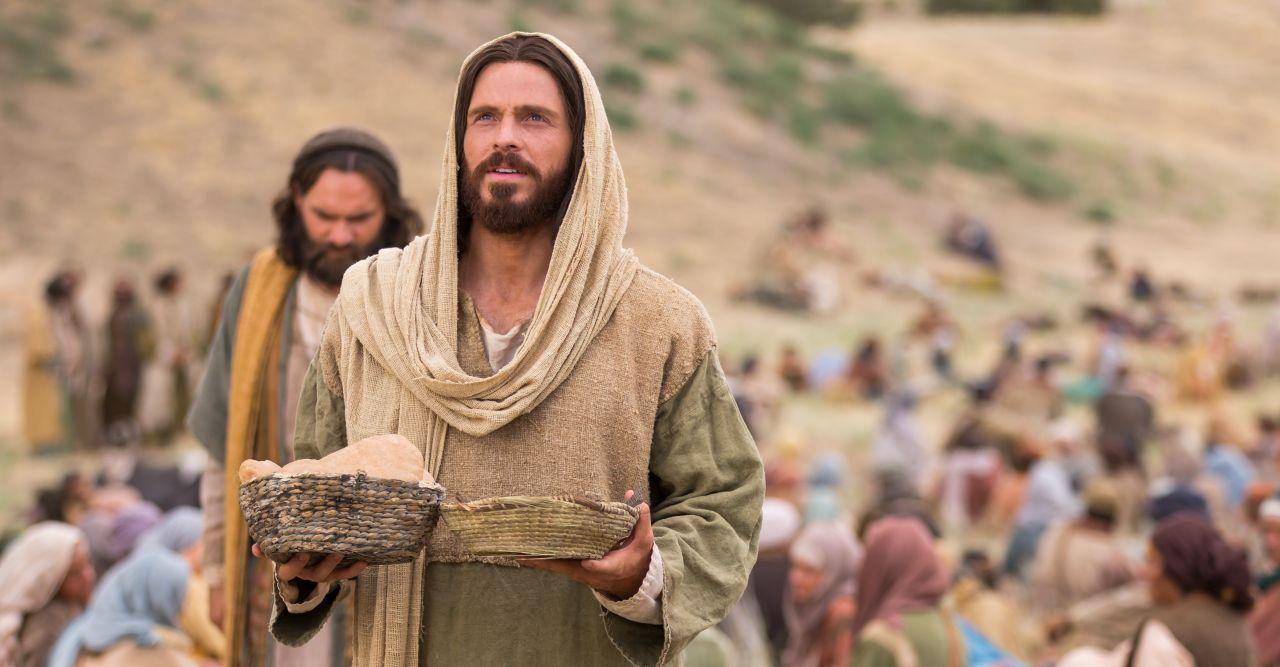 Jésus nourrit la multitude