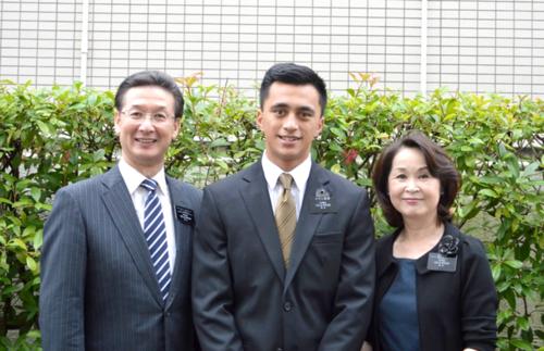 Élder Cowan con el presidente y la hermana Yamashita