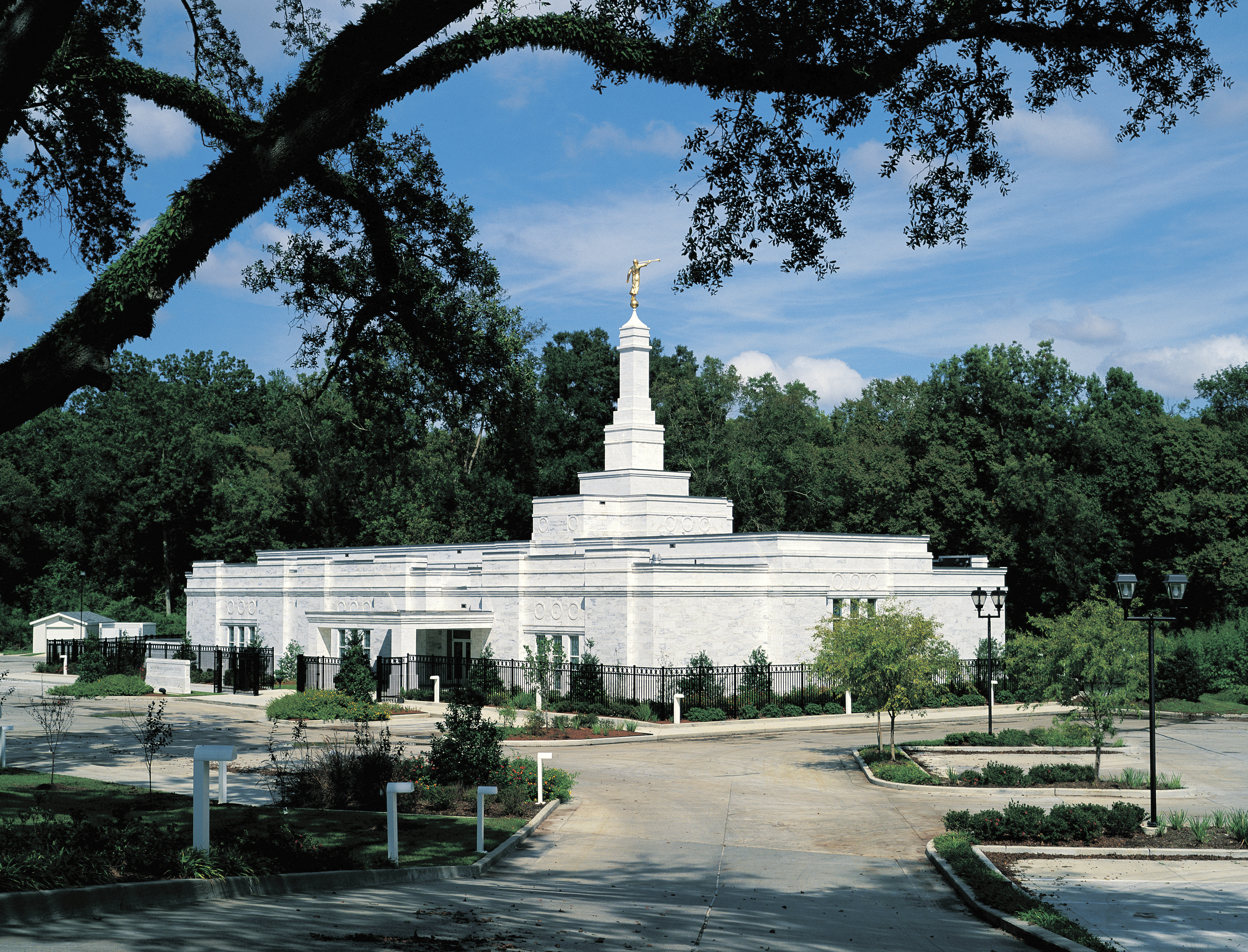 A side view of the Baton Rouge Louisiana Temple on a sunny day.