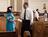 sieviete bīskapam dod aploksni