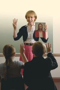 teacher holding up three fingers