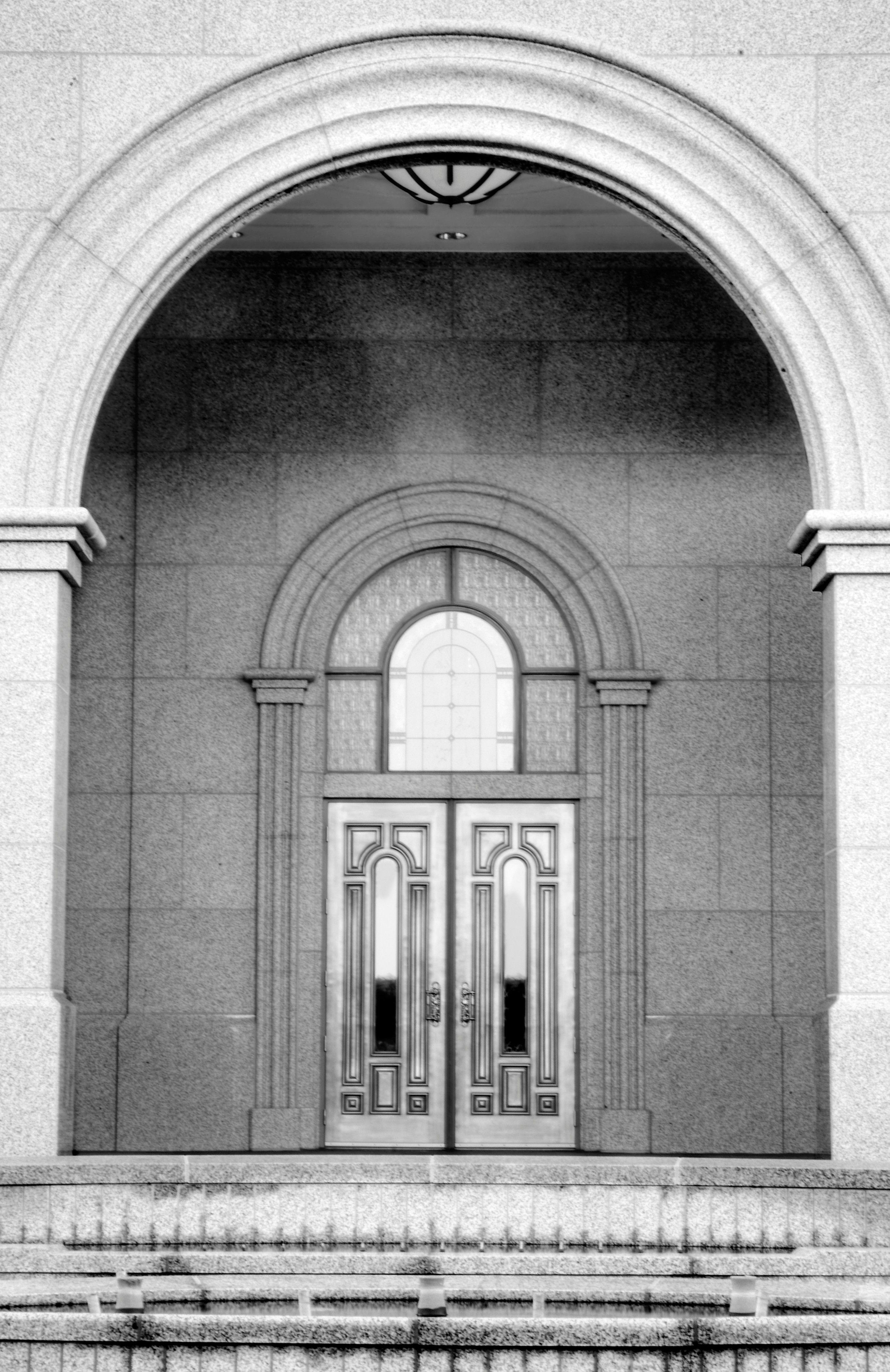 The Sacramento California Temple entrance.
