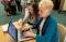 Remaja putri membantu dengan komputer