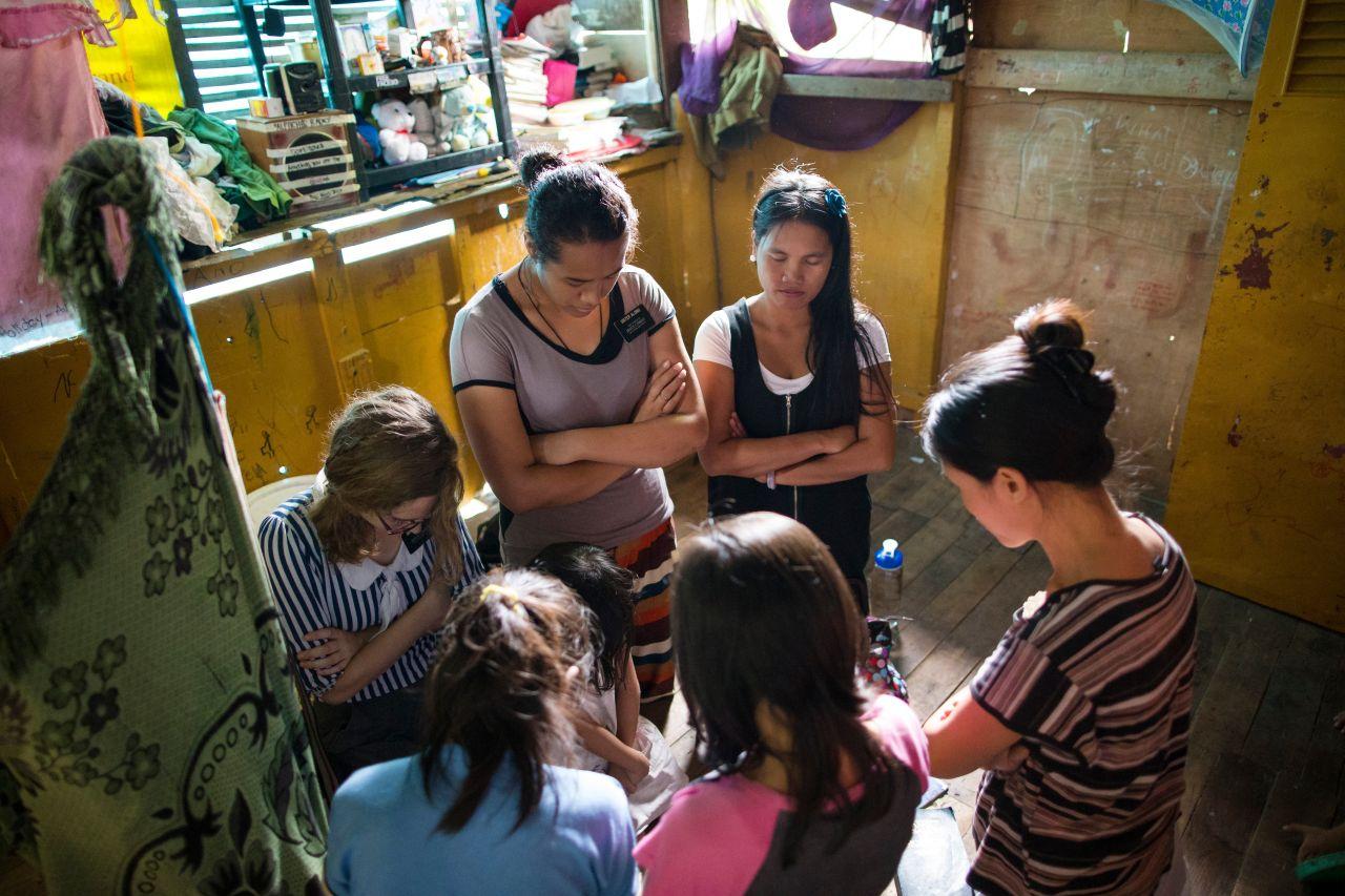 Dos misioneras enseñando por una llamada